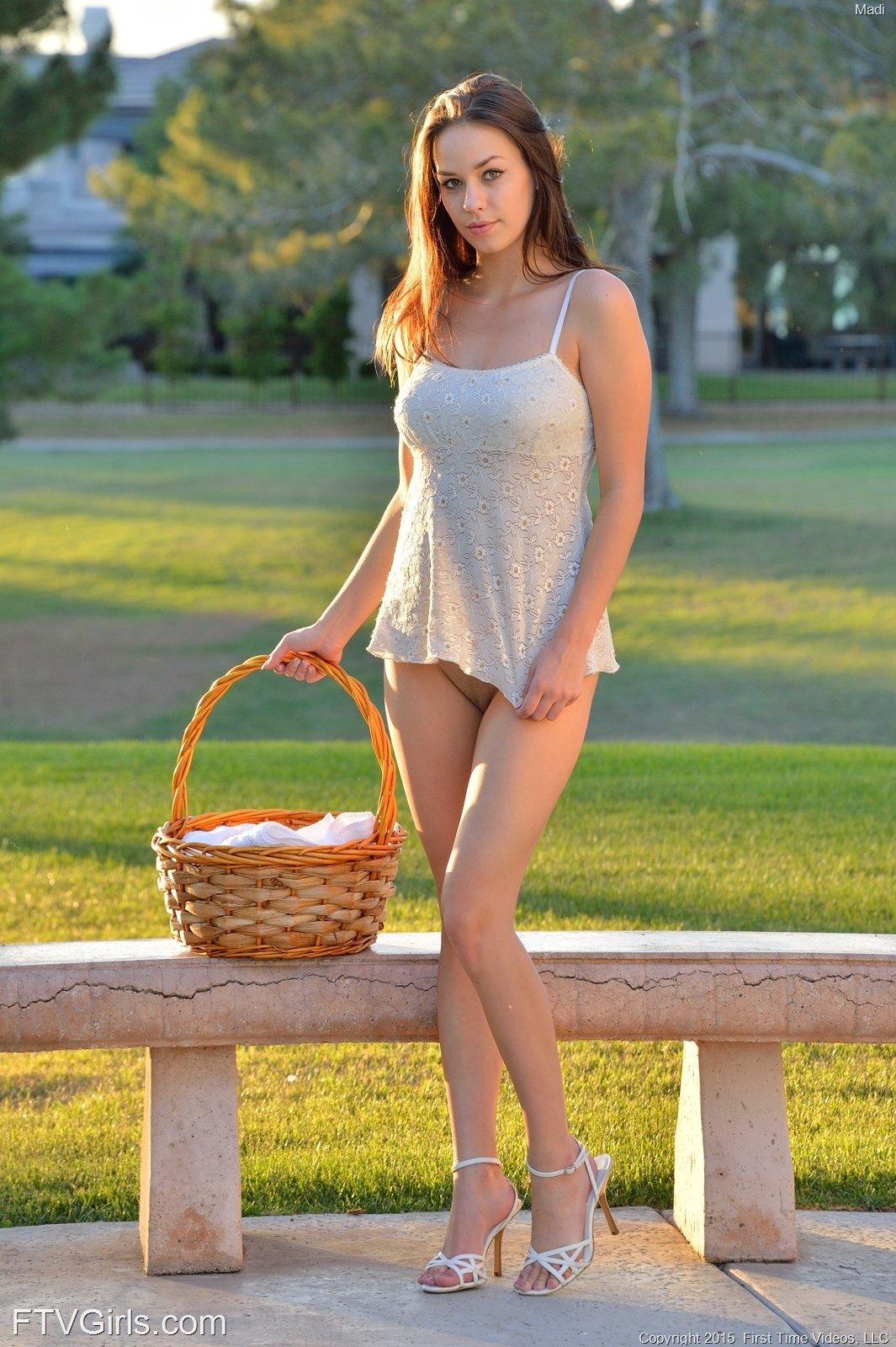 Hot hollywood bikini actress in bikini