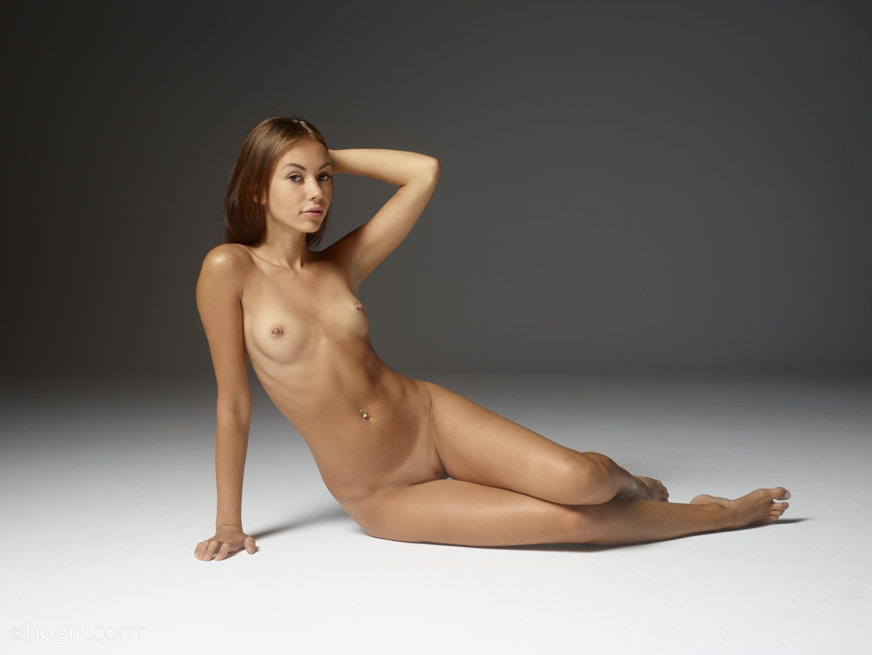 Free woman nude poses for artists